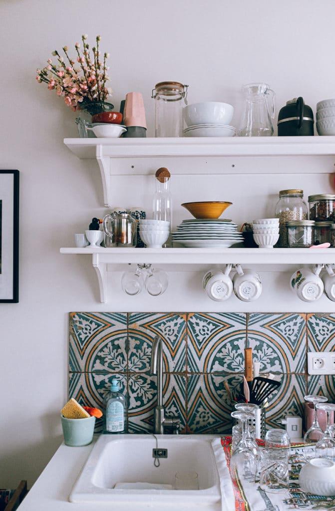 ustensiles de cuisine dans une cuisine blanche et moderne