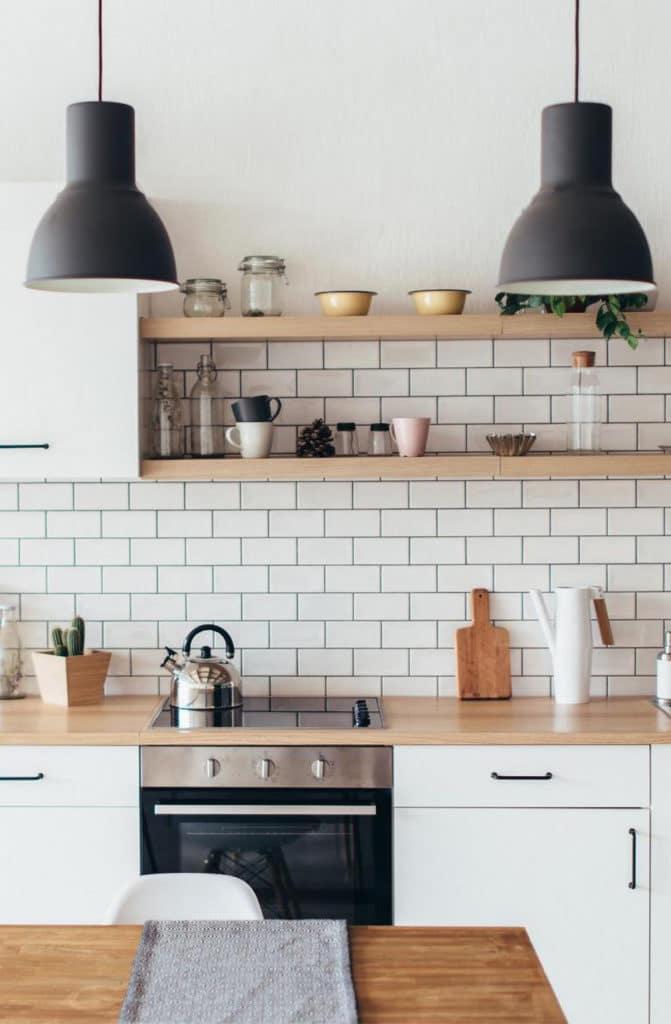 Cuisine moderne design avec 2 belles lampes noires