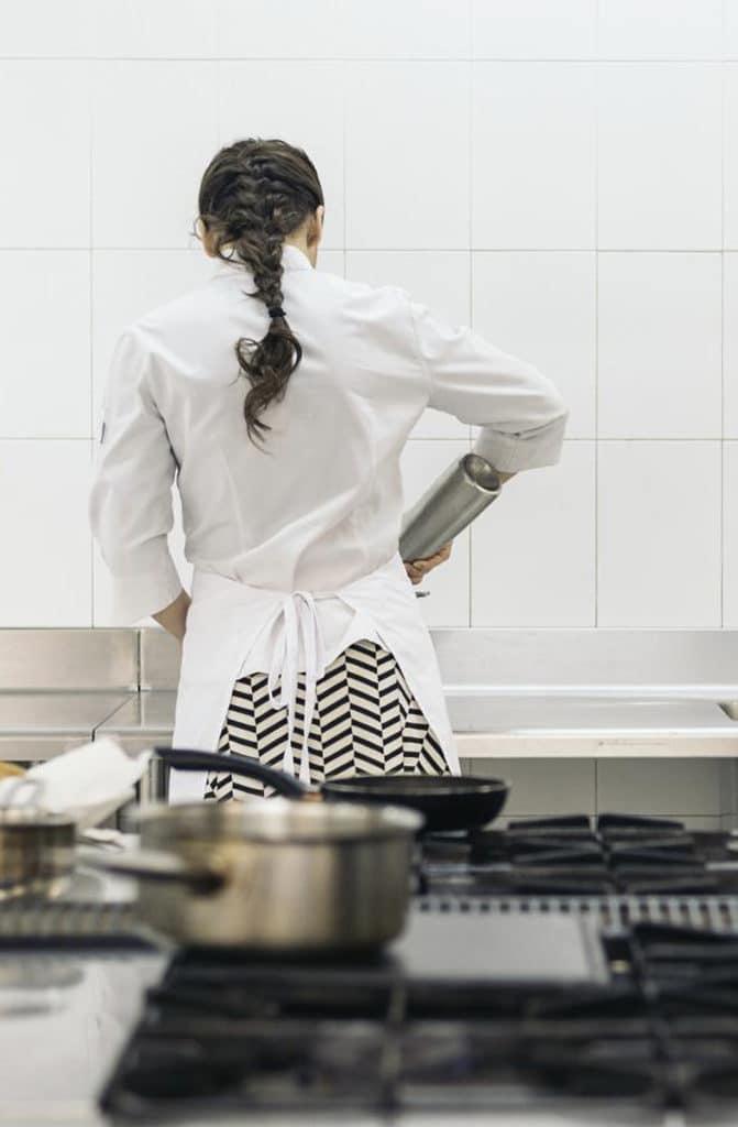 femme gauchère préparant un repas