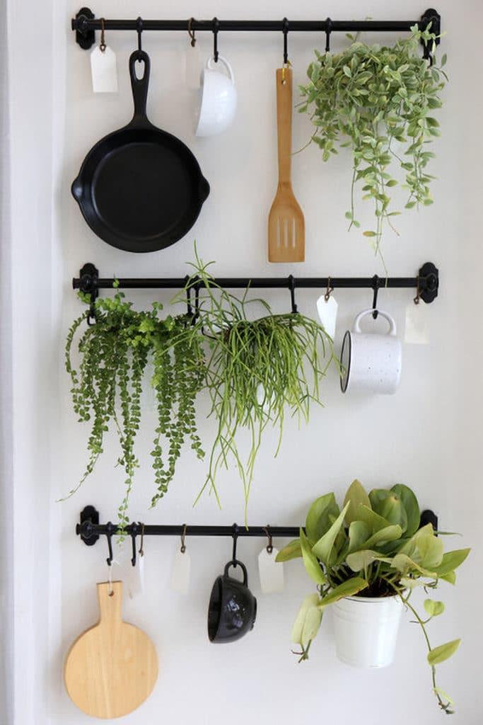 Différents accessoires de cuisine accrochés contre le mur