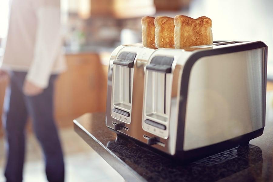 femme qui se fait des toasts dans la cuisine