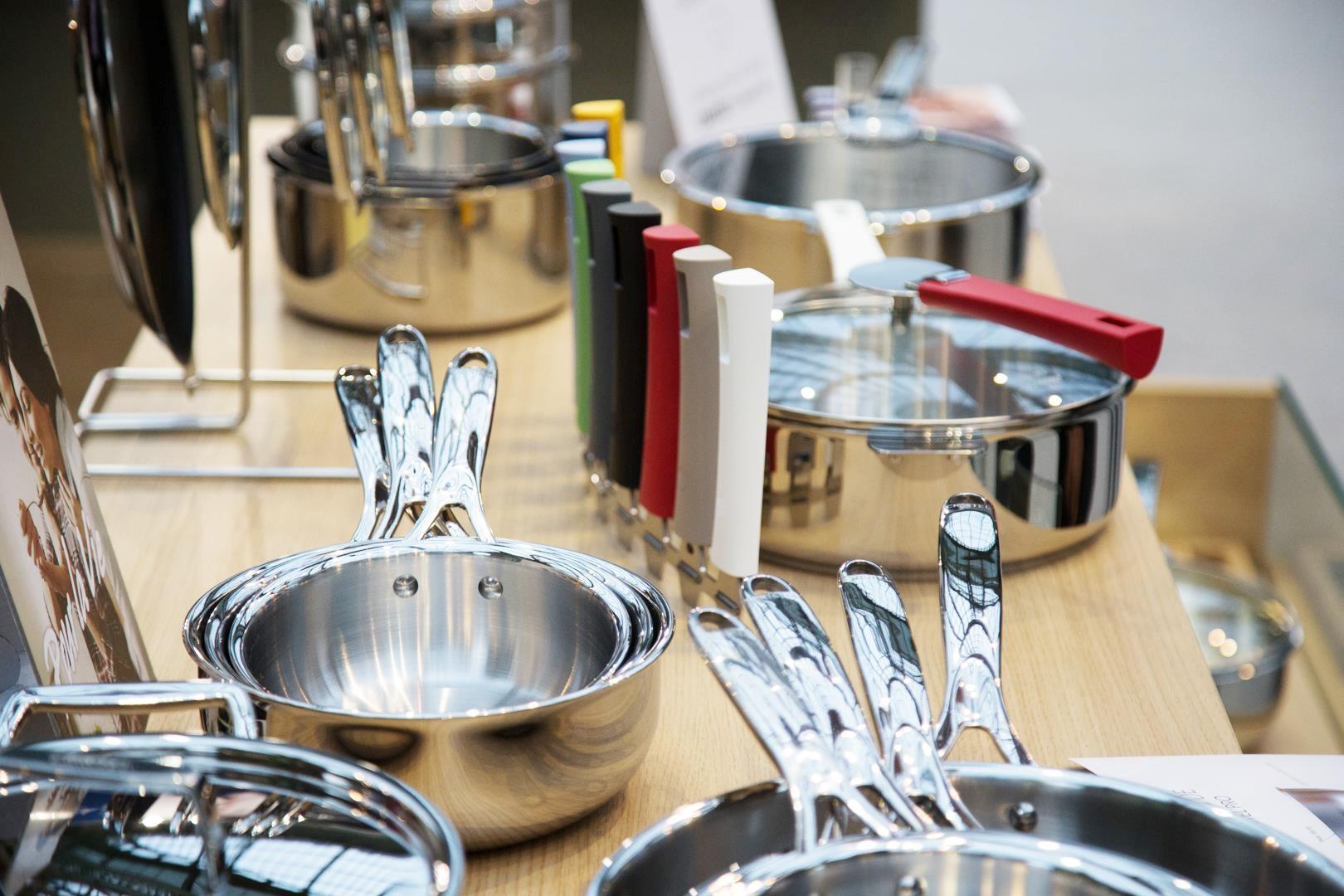 Accessoires de cuisine inox sur plan de travail